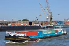 Barge los envases de transporte de la nave en el puerto de Amberes foto de archivo