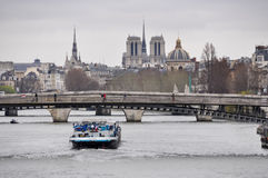 Barge a passagem sob o passerelle Léopold-Sédar-Senghor no Pa Foto de Stock