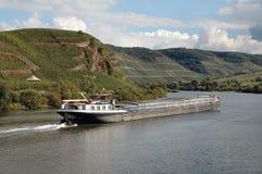 Barge sur la région de vin de fleuve de Rhin de l'Allemagne Photos libres de droits