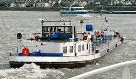 Barge und bereisen Sie Boote auf dem Mosel-Fluss in Deutschland Stockfotos