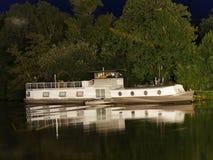 Barge y su reflexión de la noche en el río Erdre cerca de Nantes imagenes de archivo