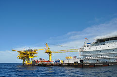 Barge y tire del barco en el mar abierto, de la plataforma de petróleo y gas en el golfo o el mar, de la energía mundial, del ace imágenes de archivo libres de regalías