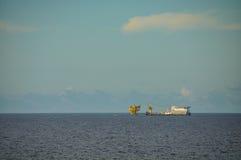 Barge y tire del barco en el mar abierto, de la plataforma de petróleo y gas en el golfo o el mar, de la energía mundial, del ace imagen de archivo