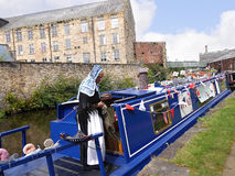 Bargee en su barco del estrecho del canal en la celebración de 200 años del canal de Leeds Liverpool en Burnley Lancashire Imagenes de archivo