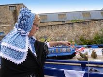 Bargee en su barco del estrecho del canal en la celebración de 200 años del canal de Leeds Liverpool en Burnley Lancashire Foto de archivo
