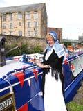 Bargee op haar Kanaal Smalle Boot bij de 200 jaarviering van het Kanaal van Leeds Liverpool in Burnley Lancashire Royalty-vrije Stock Afbeeldingen