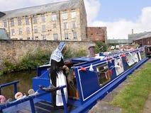 Bargee op haar Kanaal Smalle Boot bij de 200 jaarviering van het Kanaal van Leeds Liverpool in Burnley Lancashire Stock Afbeeldingen