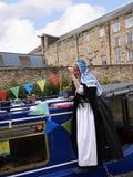 Bargee op haar Kanaal Smalle Boot bij de 200 jaarviering van het Kanaal van Leeds Liverpool in Burnley Lancashire Stock Foto