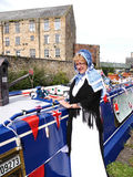 Bargee på hennes smala fartyg för kanal på den 200 år berömmen av den Leeds Liverpool kanalen på Burnley Lancashire Royaltyfria Bilder