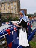 Bargee på hennes smala fartyg för kanal på den 200 år berömmen av den Leeds Liverpool kanalen på Burnley Lancashire Royaltyfri Foto