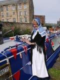 Bargee på hennes smala fartyg för kanal på den 200 år berömmen av den Leeds Liverpool kanalen på Burnley Lancashire Royaltyfri Fotografi
