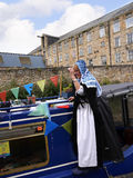 Bargee sulla sua barca dello stretto del canale alla celebrazione di 200 anni del canale di Leeds Liverpool a Burnley Lancashire Fotografia Stock