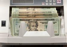 Bargeld, das Maschine zählt Lizenzfreie Stockfotos