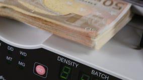 Bargeld, das Maschine zählt Banknotenzähler zählen fünfzig Eurorechnungen stock footage