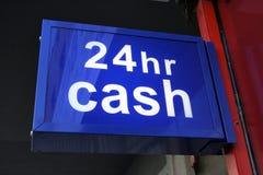 Bargeld den ganzen Tag und Nacht Stockfoto