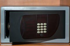 Bargeld-Depotverwahrung Kleine Wohnwölbung mit Bargeld und Pass Weitwinkelobjektiv bedeckt durch Linsen-Kappe in der Mitte Lizenzfreie Stockbilder