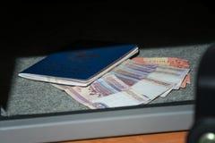 Bargeld-Depotverwahrung Kleine Wohnwölbung mit Bargeld und Pass Weitwinkelobjektiv bedeckt durch Linsen-Kappe in der Mitte Stockfotos