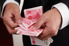 Bargeld in der Hand lizenzfreie stockbilder