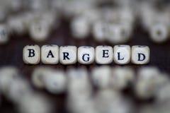 BARGELD - GELD- Würfel mit Buchstaben, Sektorausdrücke - hölzerne Würfel des Zeichens Stockfotos