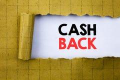 Bargeld hinteres Cashback Geschäftskonzept für die Geld-Versicherung, die auf Weißbuch auf dem Gelb geschrieben wurde, faltete Pa lizenzfreie stockfotografie