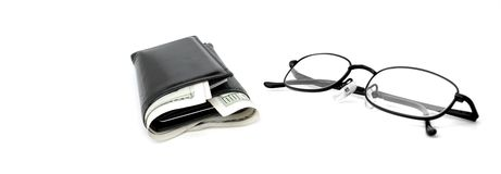 Bargeld-Mappe und Gläser Lizenzfreies Stockfoto