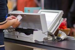 Bargeld-Schreibtisch mit Kassierer und Terminal im System Lizenzfreies Stockbild