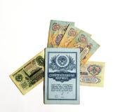 Bargeld u. x28; drei und fünf rubles& x29; hatte in den Regelungen d verteilt Stockbild