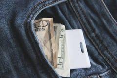 Bargeld- und Kartenschlüssel in einer Tasche der Blue Jeans-Nahaufnahme das Konzept von Büroangestellten unschärfe stockfotografie
