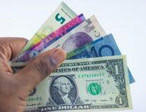 Bargeld und Pass in der Hand lizenzfreies stockbild