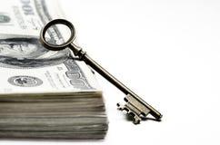 Bargeld und Schlüssel stockbilder