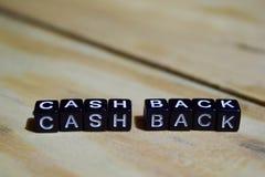 Bargeld zurück geschrieben auf Holzklötze stockfoto