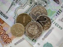 Bargeldbanknoten und -münzen als Hintergrund Stockfotos