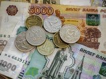 Bargeldbanknoten und -münzen als Hintergrund Lizenzfreie Stockfotos