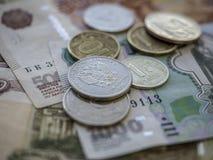 Bargeldbanknoten und -münzen als Hintergrund Stockfoto