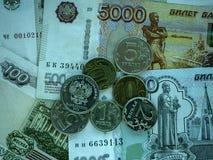 Bargeldbanknoten und -münzen als Hintergrund Stockbilder