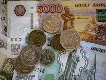 Bargeldbanknoten und -münzen als Hintergrund Stockfotografie