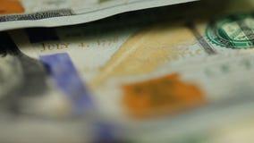 Bargeldhintergrund Benjamin Franklin-Porträt auf 100 US-Dollar Rechnungsabschluß oben, das Bild wird gedreht stock video footage