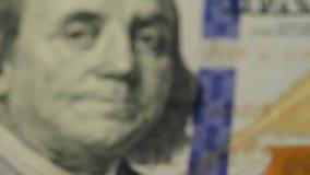 Bargeldhintergrund Benjamin Franklin-Porträt auf 100 US-Dollar Rechnungsabschluß oben, das Bild wird gedreht stock footage