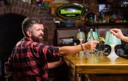 Bargeldkonzept Urlaubspitzen f?r Barmixer Tipp gegeben dem Kellner Ein weiteres Alkoholcocktail Manngriffdollar-Geldbargeld lizenzfreie stockfotos