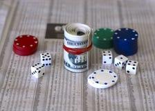 Bargeldwürfel und der Aktienmarkt lizenzfreies stockbild