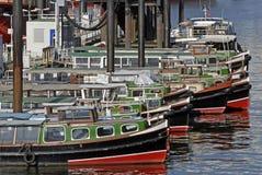 Barges adentro el puerto de Hamburgo Imágenes de archivo libres de regalías