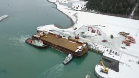 Barges de travail fonctionnant en Alaska banque de vidéos