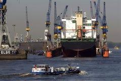 Barges dentro il porto di Amburgo Immagini Stock