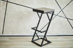 Barhocker gemacht vom Holz und vom Metall stockfotografie