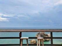 Barhocker mit Meerblick Stockfoto