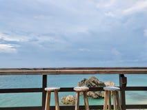 Barhocker mit Meerblick Stockbilder