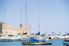 BARI, ITÁLIA - JULHO 11,2018, barcos no porto no centro de Bari imagem de stock