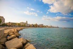 Bari, Italië - 5 05 2018: Dijk van kleine zuidenstad Bari in zonsondergangtijd, Italië Stock Afbeeldingen