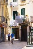 BARI, ITALIË - JULI 11, 2018, Scènes van het leven van centrum van Bari: de wasserij droogt op de straten, een personenvervoer ee royalty-vrije stock foto's