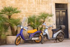 BARI, ITALIË - 11,2018 JULI, Typische straatscène in Bari met een oude autoped op een oude engte cobblestoned straat, Apulia royalty-vrije stock afbeeldingen